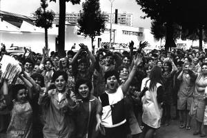 Ouvrières en grève devant l'usine Paris-Rhône, avenue Jean-Mermoz, photographie par Georges Vermard, ca. juin 1968.